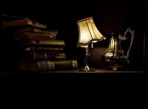 暗がりに灯るランプ