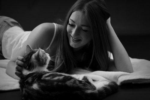 猫に優しく話しかける女性